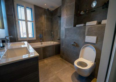 Badkamer uitgevoerd in warme kleuren.